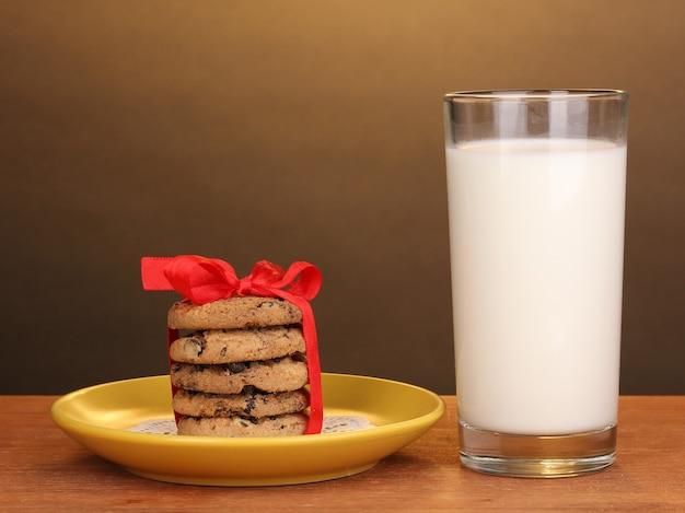 갈색 바탕에 나무 테이블에 우유와 쿠키의 유리