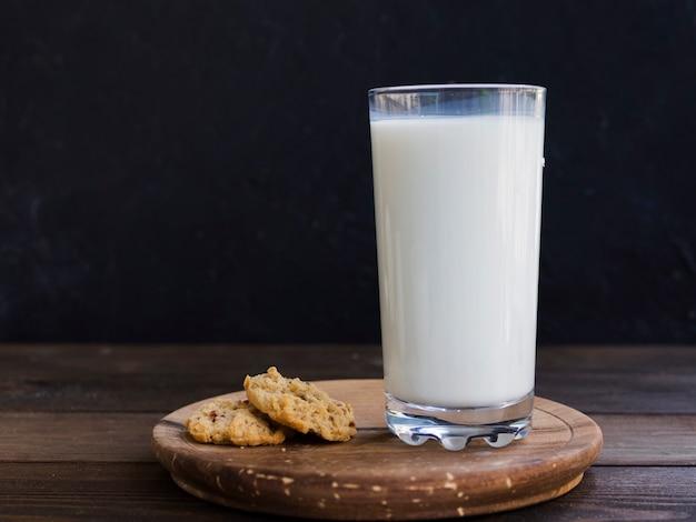 Стакан молока и печенья