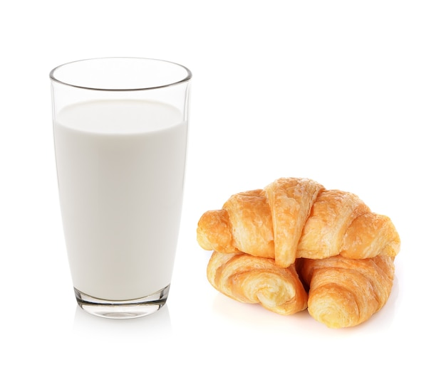 Стакан молока и круассаны, изолированных на белом