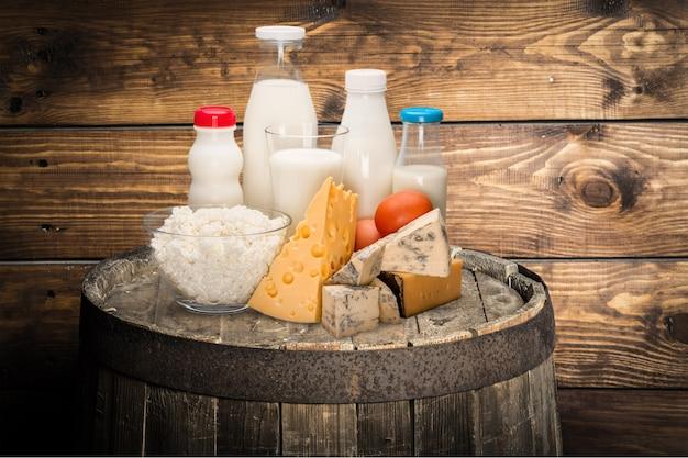 Стакан молока и молочных продуктов на фоне