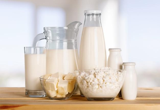 Стакан молока и молочных продуктов на