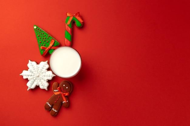 빨간색 배경에 우유와 진저 비스킷의 유리