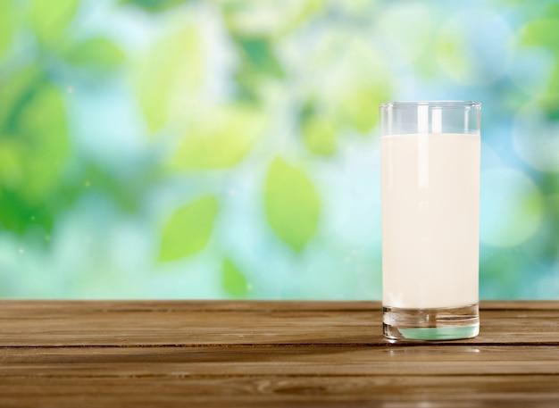 背景に朝食用のミルクのガラス