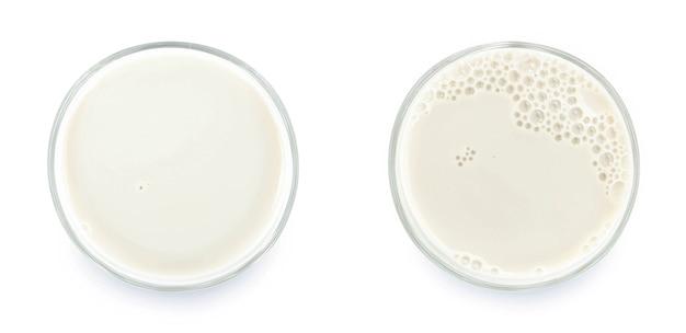 상위 뷰에서 흰색 배경에 고립 된 우유의 유리