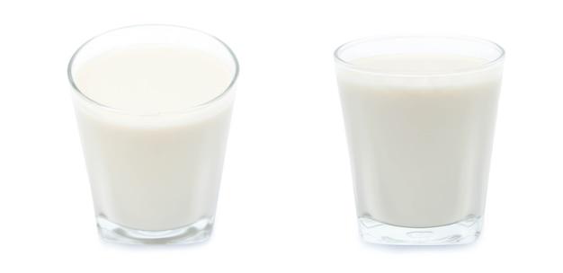 흰색 배경에 고립 된 우유의 유리