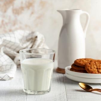 우유, 용기, 쿠키의 유리입니다. 유제품의 개념, 우유 사용,