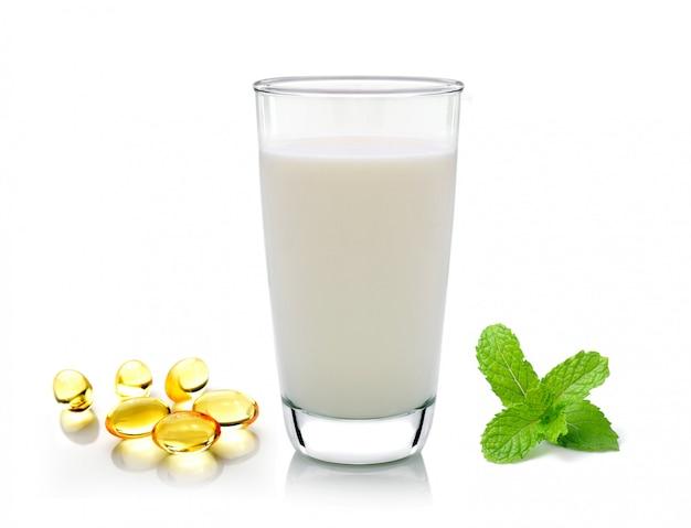 白で隔離されるミルクミントと魚油のガラス