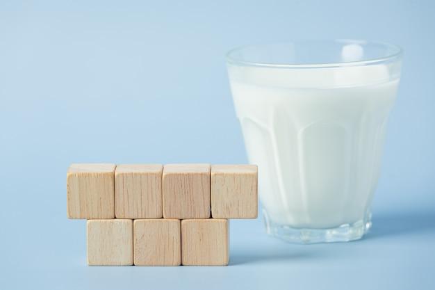 파란색 표면에 우유 한 잔