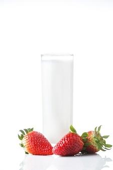 흰색 절연 딸기와 우유의 유리