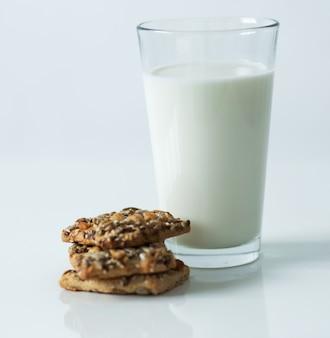 コップ一杯分の牛乳 無料写真