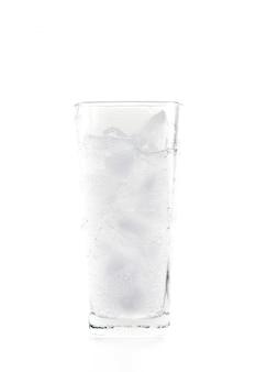 氷のミネラル炭酸水のガラス