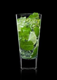 白い背景で隔離の角氷、ミント、ライムとモヒートカクテルグラスのガラス