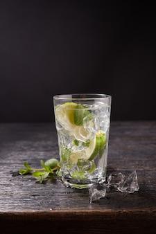 ライムとミントの角氷とモヒートのガラス