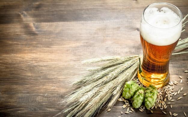나무 테이블에 천연 맥주 한 잔입니다.