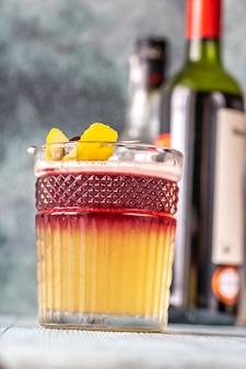 カクテルチェリーとレモンの皮を添えたニューヨークサワーグラス