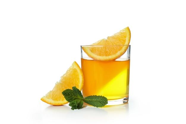 Стакан апельсинового желе, изолированные на белой стене