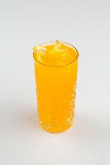 Стакан коктейля апельсиновый сок на белом фоне