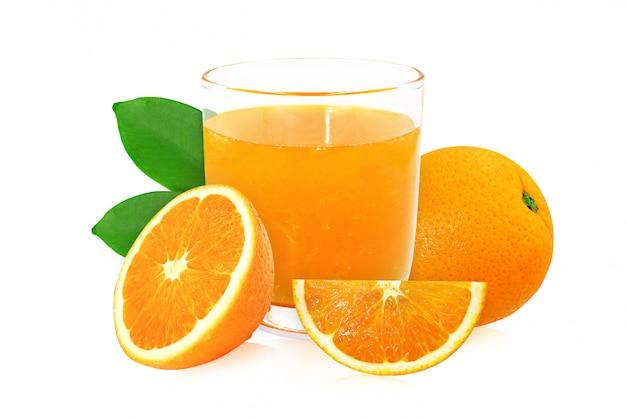 オレンジジュースのガラスは白を分離します。
