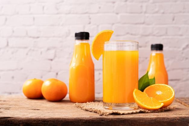 木製のテーブルにオレンジジュースのガラス。