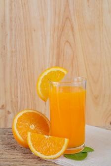 오렌지 주스의 유리는 나무에 배치.