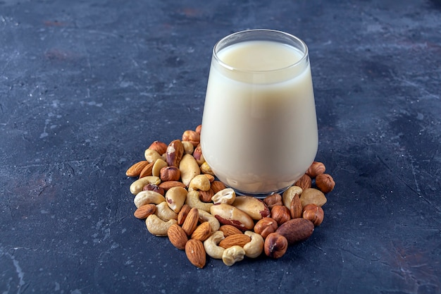 Стакан органического веганского безмолочного молока из орехов. альтернативный вегетарианский напиток.