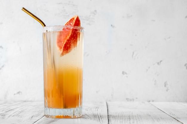 グレープフルーツスライスを添えたパロマバージンモクテルのグラス