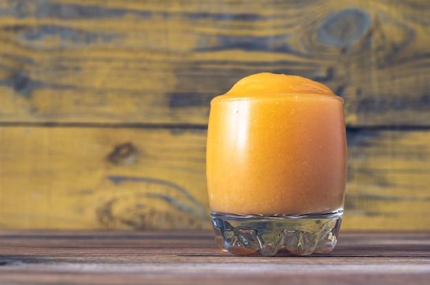 Бокал папайи калиенте - фруктовый коктейль из рома