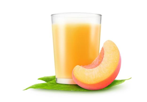 흰색 배경에 분리된 복숭아 주스 한 잔과 신선한 복숭아 과일 한 조각