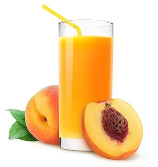 복숭아 주스 한 잔과 흰색 배경에 분리된 신선한 복숭아 과일
