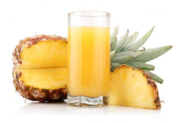 フルーツとスライスのパイナップルジュースのグラス