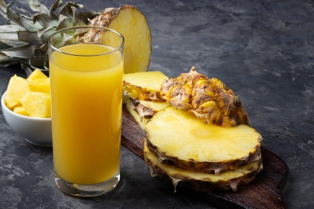 パイナップルジュースのグラス