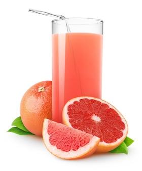 ピンクのグレープフルーツジュースのガラスと白い背景で隔離の新鮮なグレープフルーツの断片