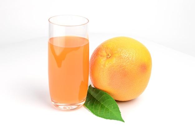 白い背景の切り欠きに分離されたピンクグレープフルーツジュースのガラス