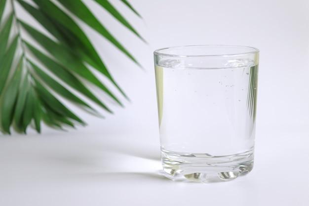 테이블에 순수한 물 한 잔 해독 및 다이어트 개념 근접 촬영 선택적 초점