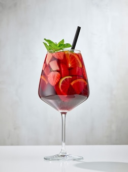 レストランのテーブルに赤いサングリアのガラス