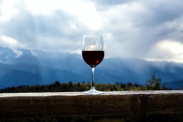 Бокал красного вина в горах