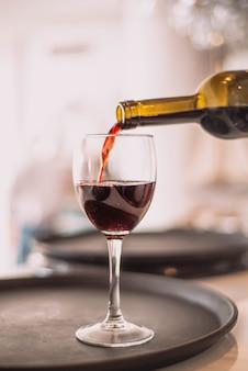 レストランで赤ワインのグラス