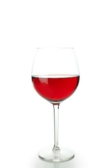 白い背景で隔離赤ワインのガラス