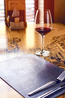 レストランのテーブルに赤ワインのグラス
