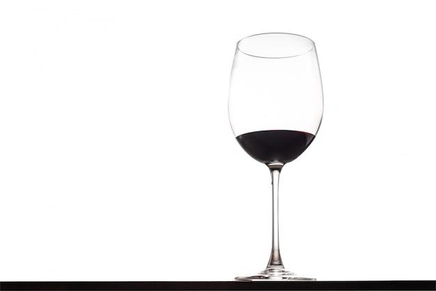 孤立したスペースを持つテーブルに赤ワインのガラス