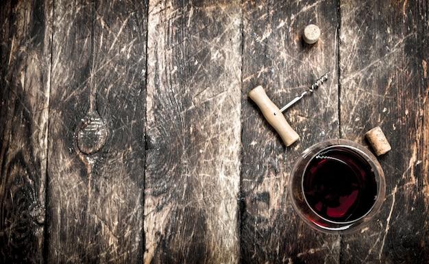 木製のテーブルに赤ワインのグラス。