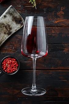 Бокал красного вина с американским мясником