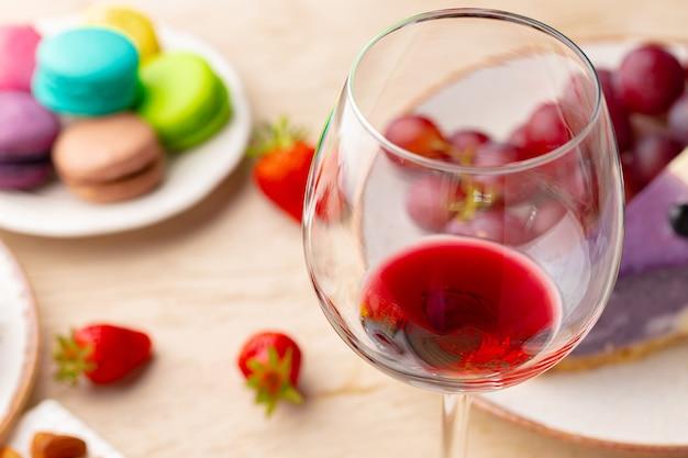 テーブルの上の前菜と赤ワインのガラスをクローズアップ