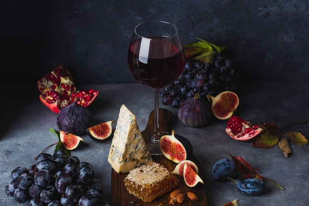 ブドウ、蜂蜜、ドルブルチーズ、フィグと赤ワインのグラス
