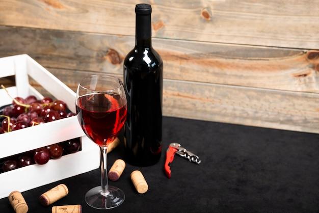 木製の背景と赤ワインのガラス