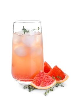 Стакан освежающего грейпфрутового лимонада на белой поверхности
