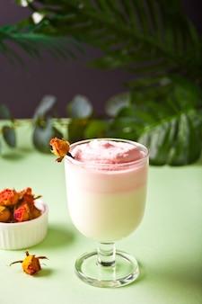 Стакан розовой замороженной dalgona взбитый напиток кофе.