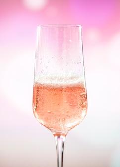 Стакан розового игристого вина