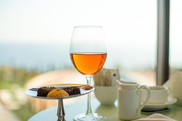 海と空の背景にロゼワインのグラス