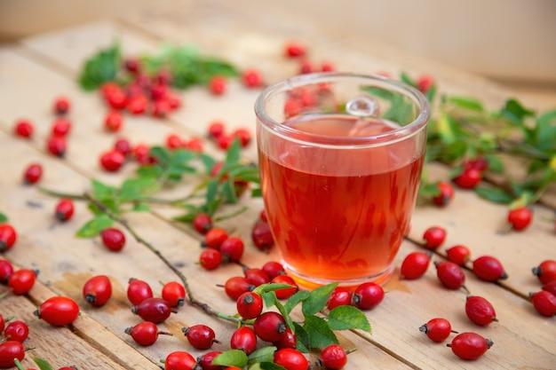 잎과 열매 주위에 갈색 팔레트에 로즈힙 차 한잔